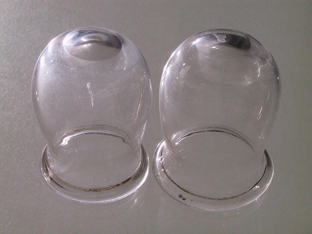 "a) H. 7.  Urneformet med smal rund ""fot"" med avklipning,  munningsbrem.   b) H. 6,5. Samme type som a), men  ""foten"" er tett.   c - e)  H. 6,5. H. 6,4. H. 6,3. I  Rundbunnet med slepen ståflate, svak innsnevring under  munningsbremmnen."