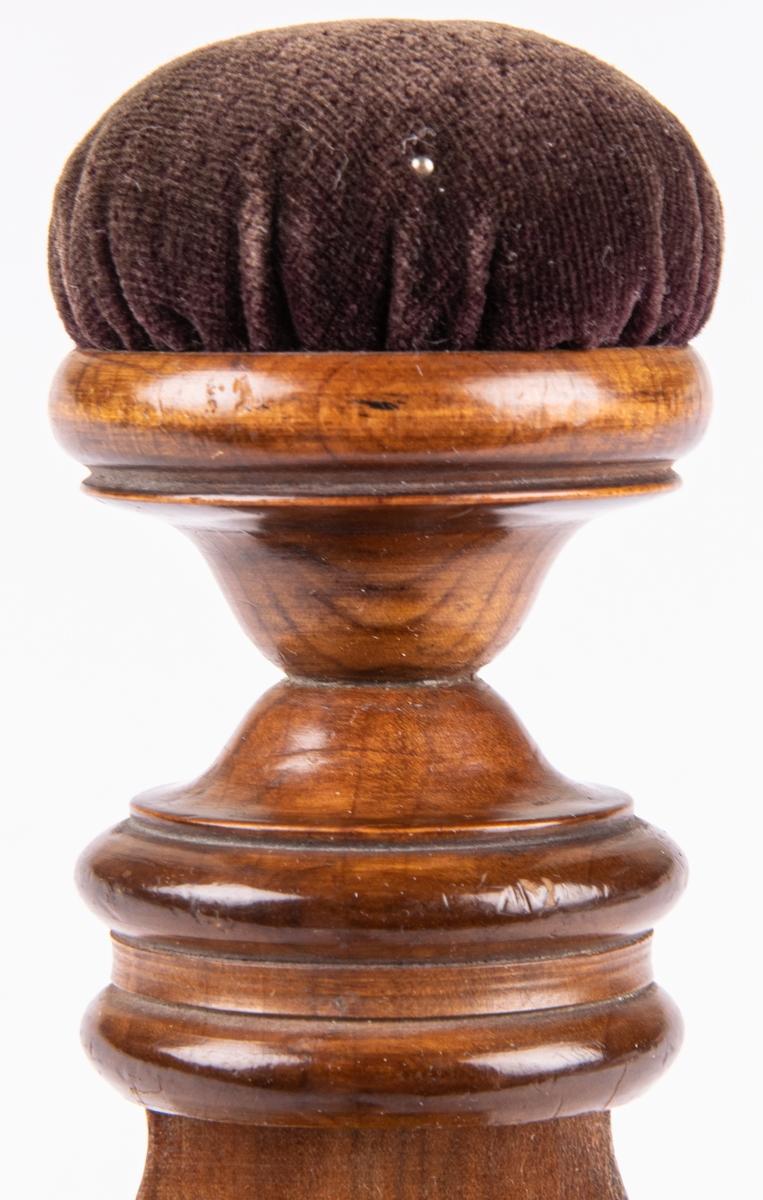 Sybaron. Dyna klädd med brun sammet, polerad björk.