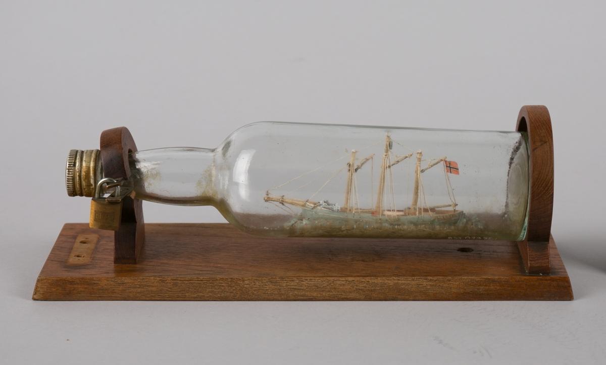Polarskuten MAUD uten seilføring. Flaske montert på sokkelplate.