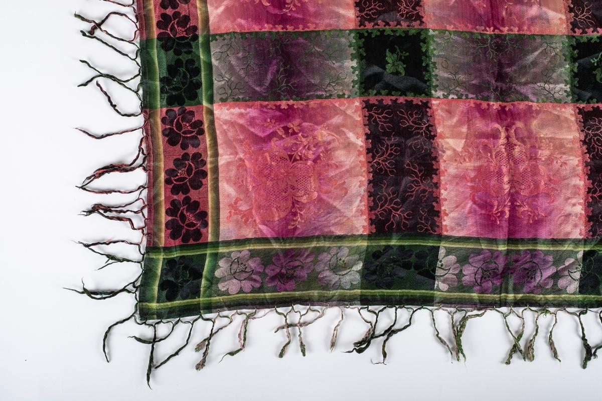 Rosa og grønt damaskvevet sjal med frynser. Sjalet er rute- og blomstermønstret.