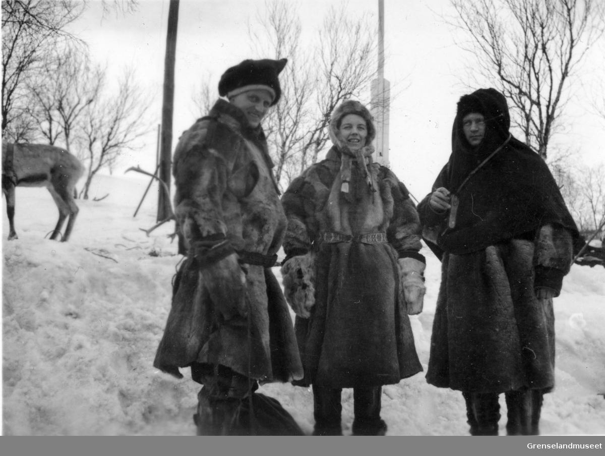 Tre personer, to menn og en kvinne kledd i pesk. Otto Møller står til venstre. To rein står i bakgrunnen.
