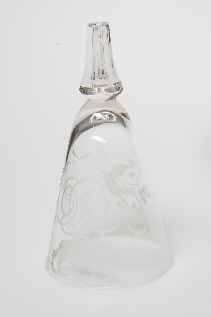 Kjegleformet kupa og del av stett fra vinglass, gravert kronet speilmonogram C 6, fotplate mangler.