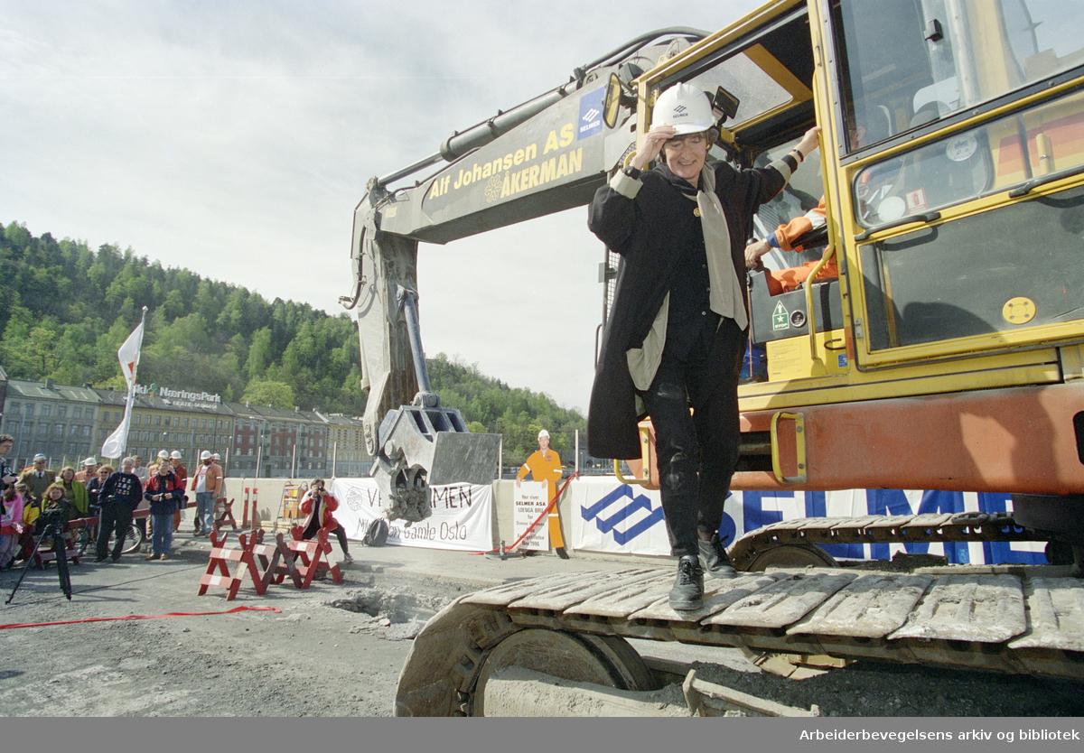 Oslo: Loenga bru. Tidligere miljøvernminister Sissel Rønbeck satt bak spakene på betongknuseren da rivingen av Loenga Bru startet. 21. mai 1996