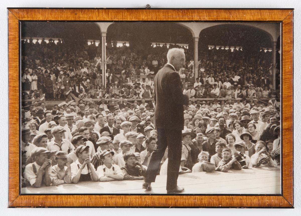 Roald Amundsen på podium foran menneskemengde