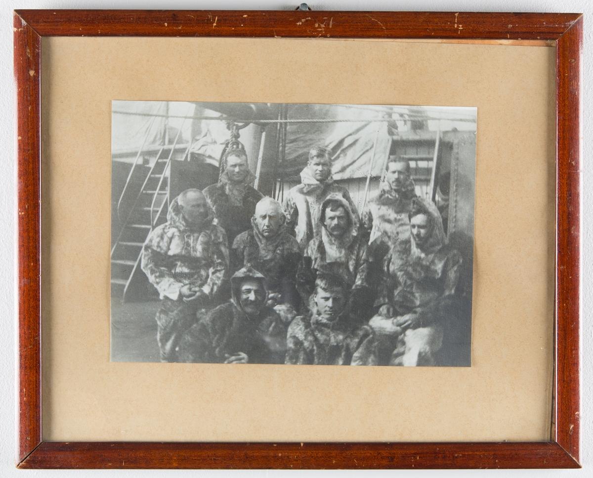 Gruppebilde av Roald Amundsen og (antall?) menn i skinnklær, på båtdekk, Maudekspedisjonen