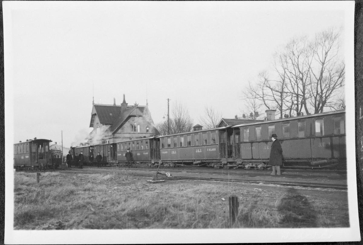 Persontåg med ånglok på stationen i Jönköping.