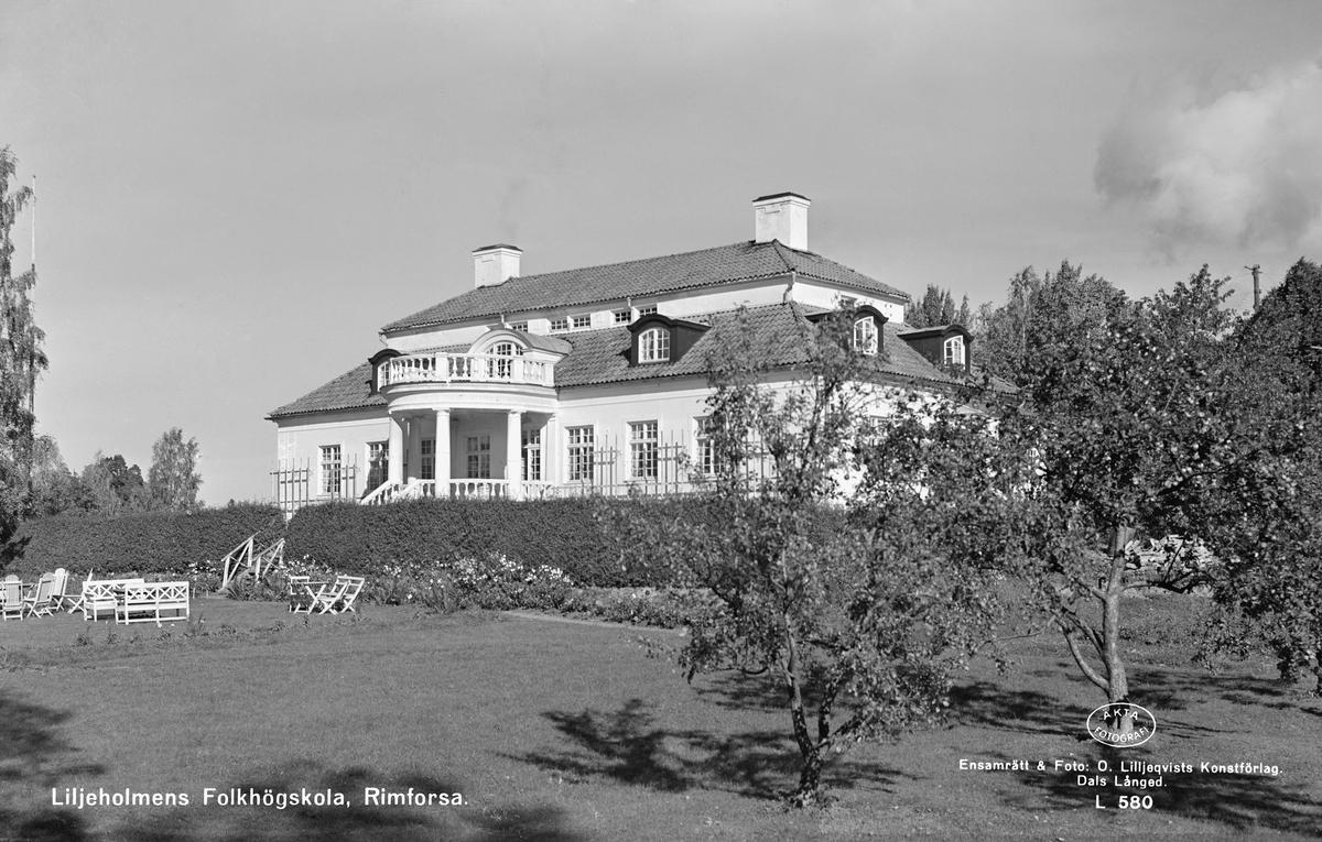 I december månad 1918 kunde makarna Esbjörn och Sigrid Konstansia Pontin flytta in i sitt nyuppförda Liljeholmen öster om Rimforsa. Herrgårdsbyggnaden inrymde då 12 rum och kök med biutrymmen. Makarna Pontins tid i herrgården tog slut redan 1920, då Esbjörn avled av en hjärnblödning. Änkan lämnade Liljeholmen 1924 för ett fortsatt liv i Stockholm. År 1952 såldes herrgården till dåvarande Örebromissionen, som numera heter Evangeliska Frikyrkan. Samma år startade missionen Liljeholmens folkhögskola.