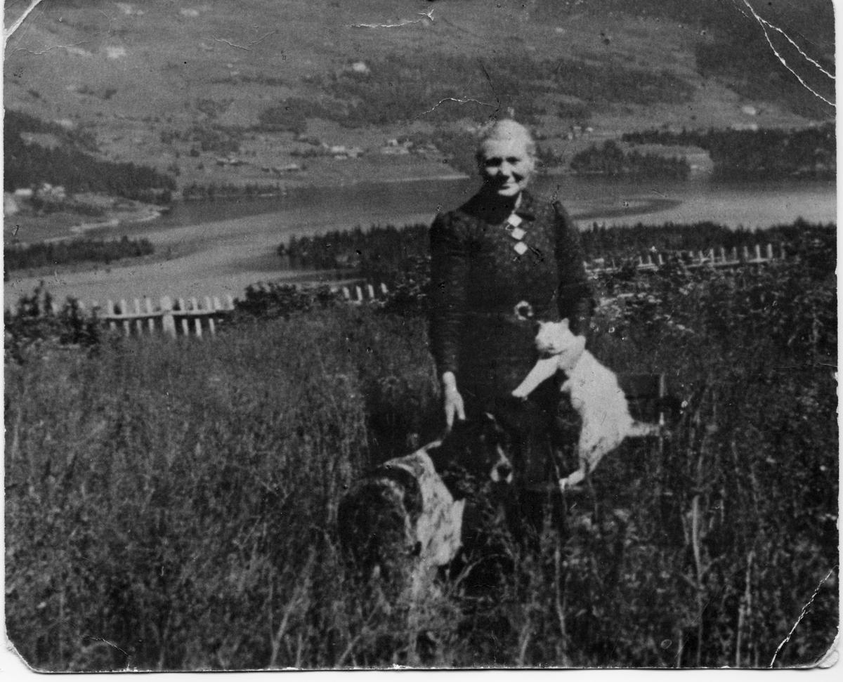 Guri Kårstad med hund og katt.