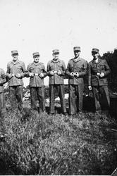 Fem menn frå AT- Arbeidstjenesten i uniform.