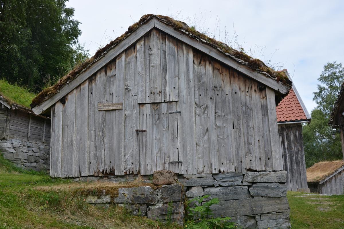 """Toromsstove: stoverom og """"dør"""" (gang) Lafta hovudrom. Stort tømmer er brukt, det er berre tre stokkelag opp til raftet. Stokkane er hogne smale med høgt tverrsnitt. På innsida er veggane slette, på utsida hr dei eit særmerkt prismeforma tverrsnitt. """"Døra"""" (gangen) er av reisverk. Det er mange navarhol på veggen utvendes. Gråstein tørrmur som underlag. Torvtak Stova er utan glas og med jordgolv. Spor / merke etter ei opning som (iflg.protokoll) skal ha vore ei likdør, som berre vart opna når nokon var død, til å føre ut liket. Elles var den alltid stengt for at ikkje attergangarar skulle finne vegen inn att.  Stova hadde steingrue i kråa til høgre for inngangsdøra (Omtalt i 1946, truleg ikkje sett opp igjen då museeet flytta til Jølet). Opphaveleg har stova nok hatt åre. Taket har tre sperrepar. Ljorekassa er mellom dei to sperrepara næraste døra. Ved den eine langveggen er det no ein veggfast benk. Det er spor etter ein slik på andre langveggen og, og på den indre gavlveggen. Spora er gjennomgåande flate hol, truleg til knektar som har bore benkeplata. Opningane i stova er midt i begge gavlveggane, døra i den eine og ein attbolking i den andre. Døra har den alderdomlege beitskiforma med grop i beitskia for veggtømmeret (ikkje grop i tømmeret). Dørstokken er gjennomhoggen, truleg etter hogging av kjøt. Den andre opninga går over 1 1/2 stokkebreidd, ca 90 x 60 cm. Denne er omtala som """"likluke"""".  Rommet framfor, """"døra"""" har berre einfelde tynne bordveggar. Huset har mange gamle trekk, men det er ikkje nok haldepunkt for datering. Laftehals med garpe midt i stokken er kjend frå mellomalderen, og den høgstrekte forma på halsen vart t.d. nytta gjennom heile 1700-talet."""