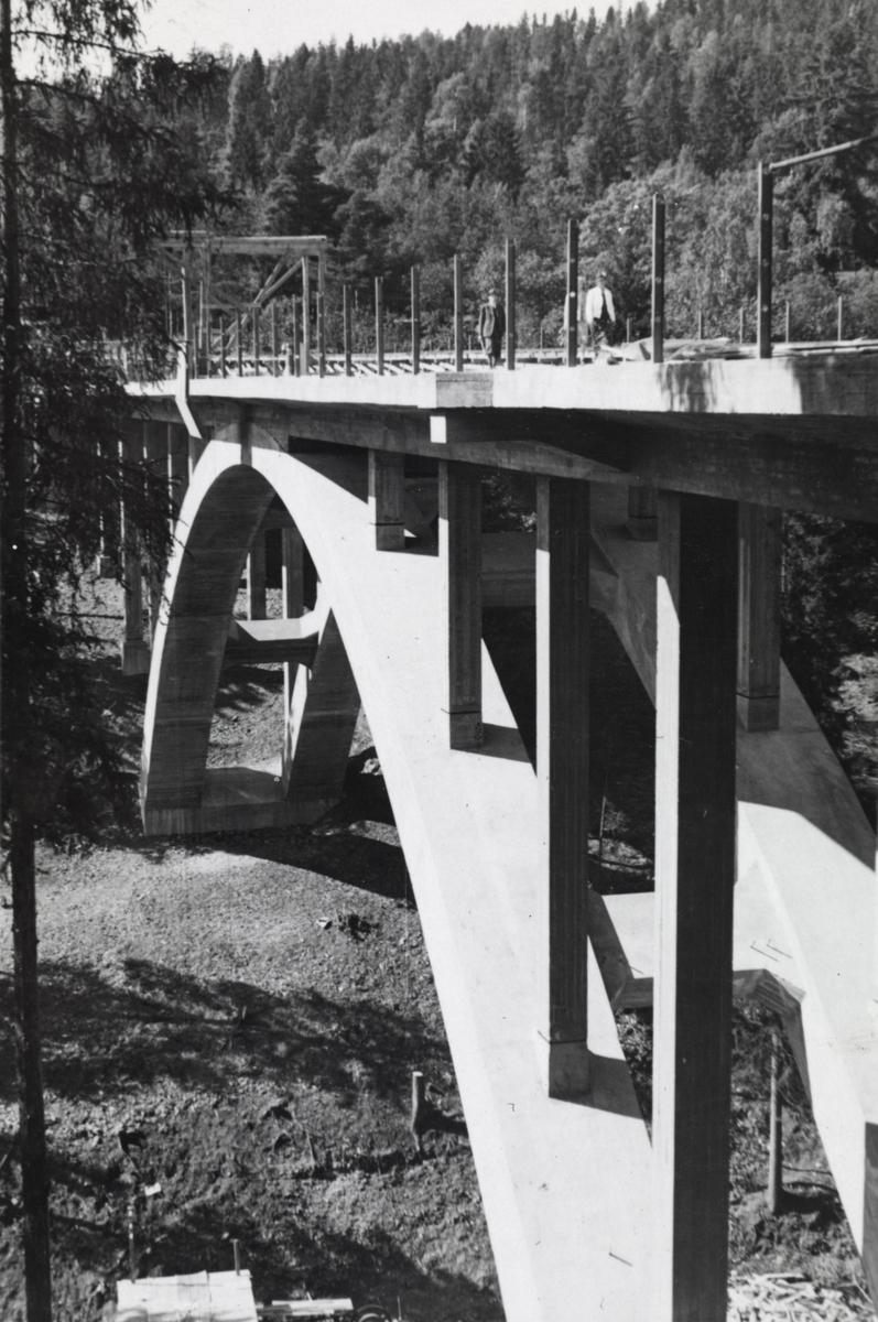 Fra byggingen av banen mellom Lysakerelven og Sørbyhaugen, bygging av Merradalsbrua