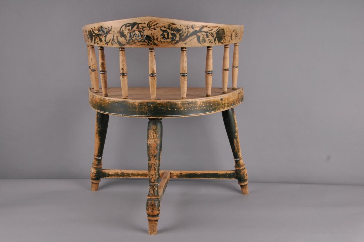 Spinnestol på 3 dreia bein, 9 dreia spiler i rygg. Fragment av rosemåling og initsialar på baksida av ryggstøtte.