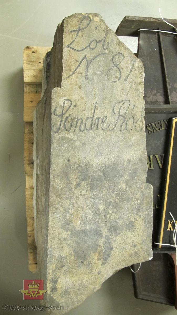"""Grovt tilvirket stein med inskripsjon i øvre del.  Steinen er merket: """"Lòb N 81 Sòndre Ròd"""""""