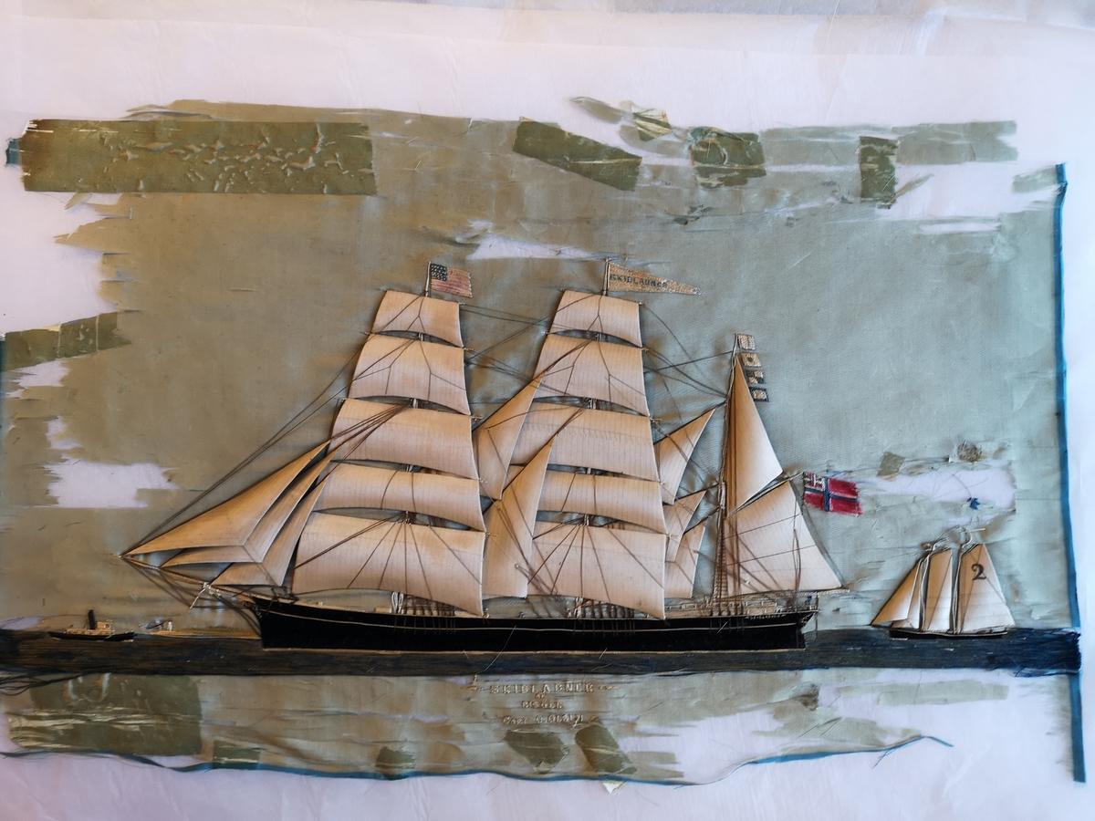 Silk picture av bark SKIBLADNER. En losbåt med seil merket med nummer 2 sees akter og et fyrtårn samt et lite dampskip sees foran baugen til SKIBLADNER. Fører armerikanske flagg i stormasten samt norsk unionsflagg.