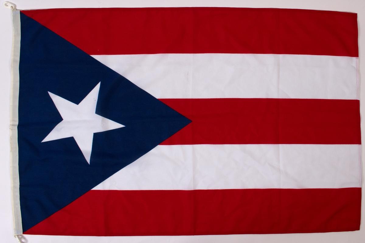 Hvit stjerne på rødt, blått og hvit flagg.