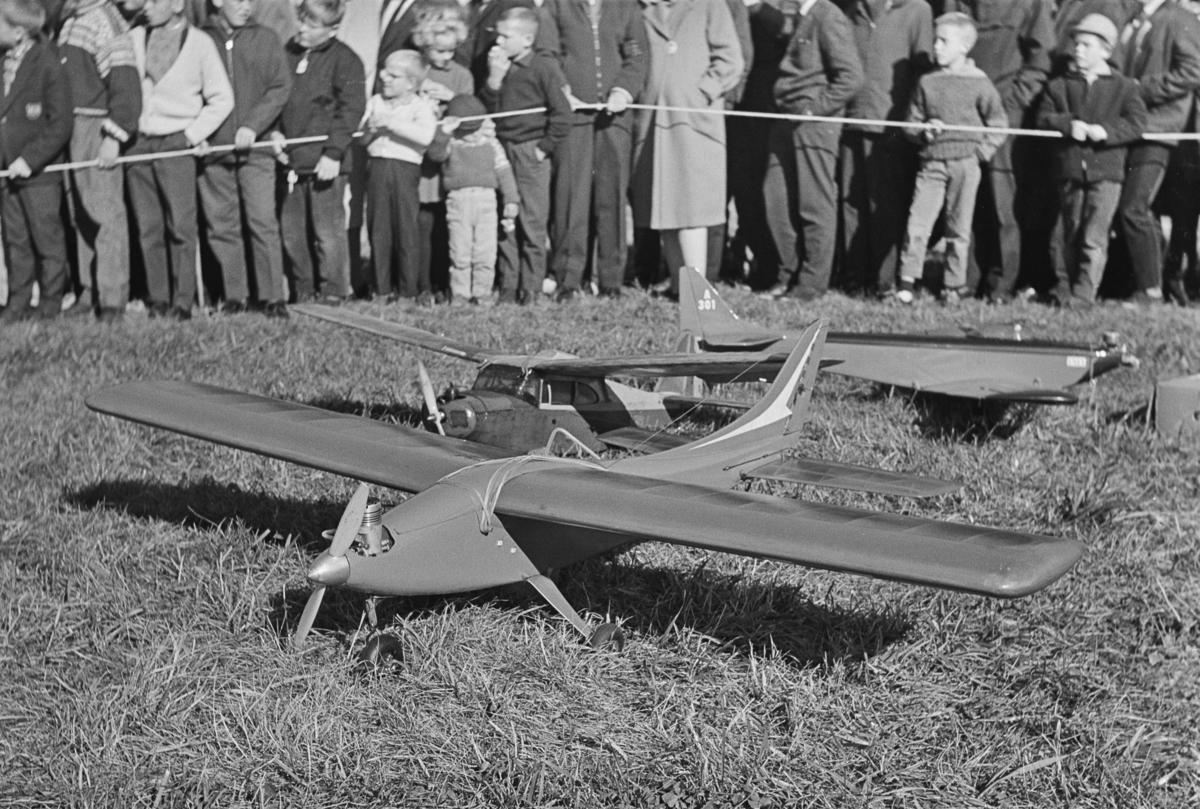 Fra norgesmesterskapet for modellfly på Kjeller i 1963. Det ble konkurrert med både radistyrte og linestyrte fly.
