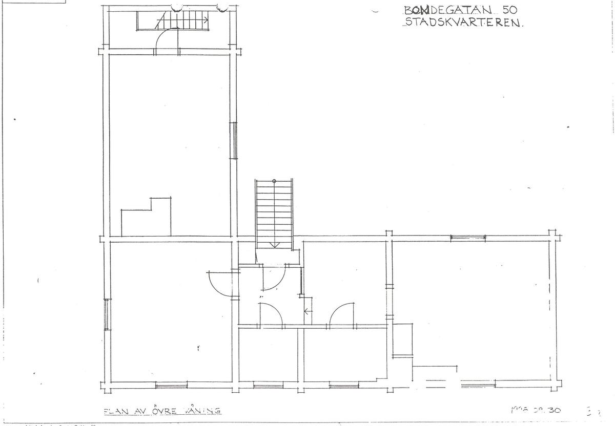 Kryddkramhandlarens hus är byggt i vinkel, timrat i två våningar samt klätt med stående locklistpanel. Fasaden är målad med röd slamfärg. Fönstersnickerierna är målade med linoljefärg i grått, fönsterbågarna i engelskt rött. Sadeltaket är klätt med torv. Byggnaden rymmer ett bokbinderi, en kryddbod med bodkammare i bottenvåningen samt en arbetarbostad, en gravörverkstad samt ett sadelmakeri på övervåningen.  Huset är troligen uppfört under 1700-talet. Huset stod på Bondegatan 50 på Södermalm i Stockholm när det revs 1929. Byggnaden återuppfördes på Skansen 1935.