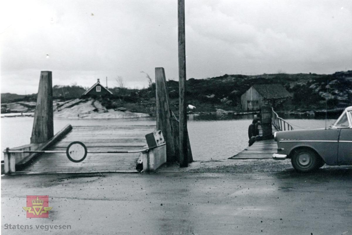 Nedlagt ferjeleie i Østhusvik, Rennesøy. Bilen er en Opel Rekord produsert mellom 1958 og 1960.