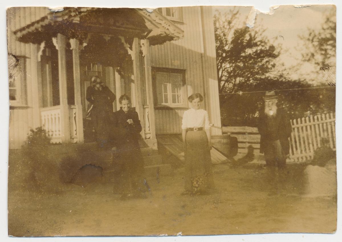 Privat bilde av fire personer.