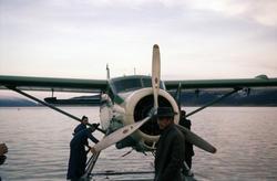 En av Widerøes DHC-3 Singel Otter sjøfly til kai ved Skattør