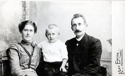 Edvard Lund sammen med sønnen og kona Johanna Sund Lund