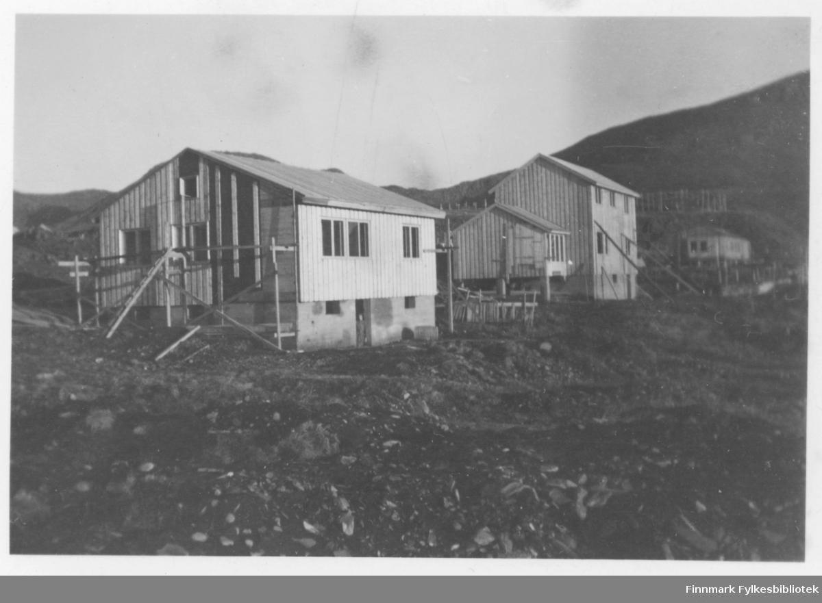 Det nærmeste huset er det Alfred Bæck som fikk bygd. Det neste huset var det Meier Simonsen som bygde. Plassen er i Vika Nordvågen.Gjenreisningstid.