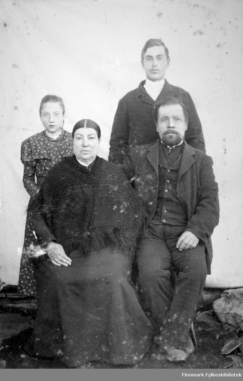 Atelier portrett av en familie. Kvinnen heter antakelig Sofie Løfgren.