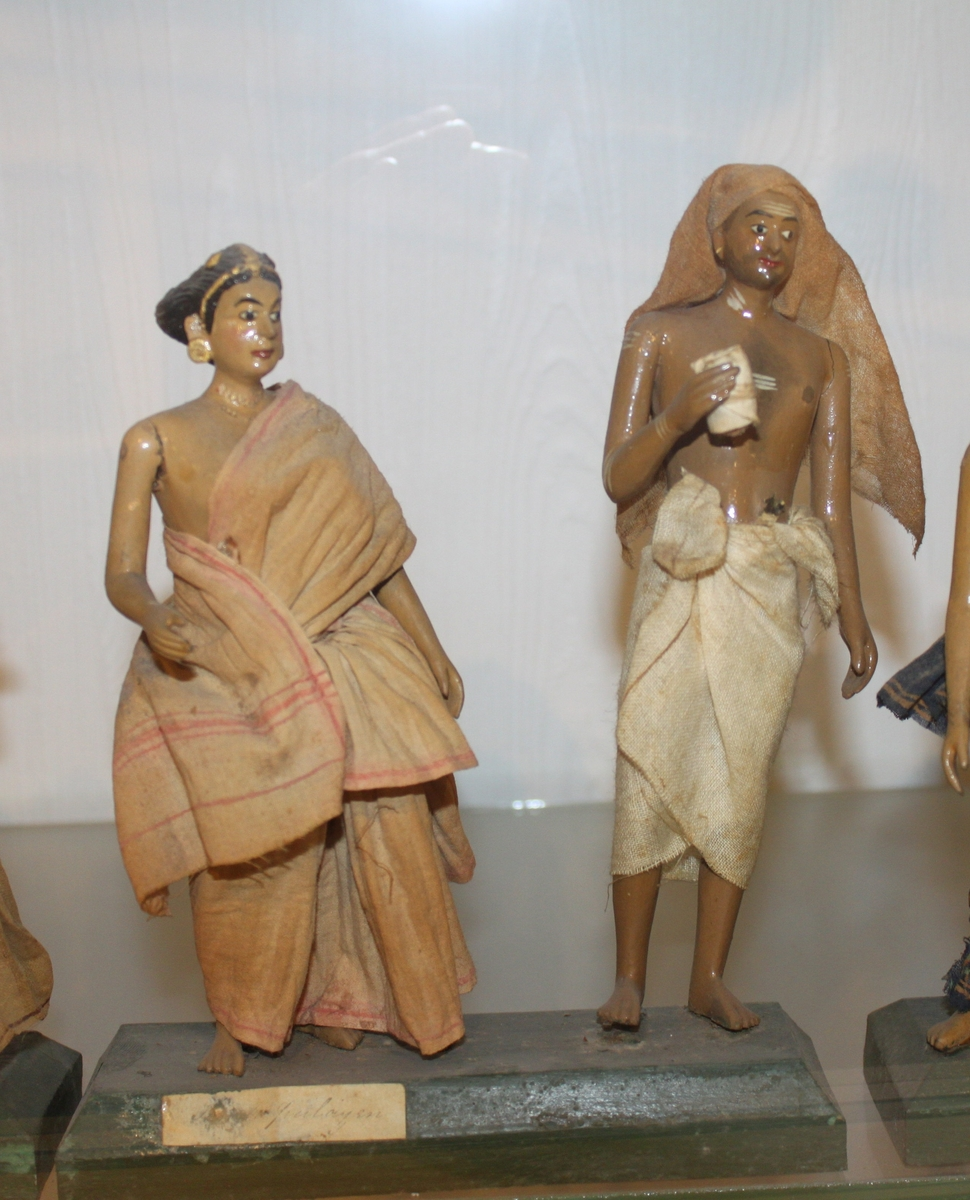 Utskårne og bekledte figurer, 36 stk, vesentlig hinduer.