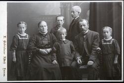 Familie gruppe 7. Foreldre og 5 barn. Fv Helene, f: 1900, mo