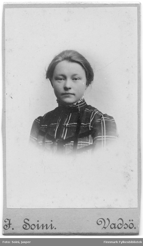 Et visittkortportrett av en kvinne, fotografert av Jasper Soini.