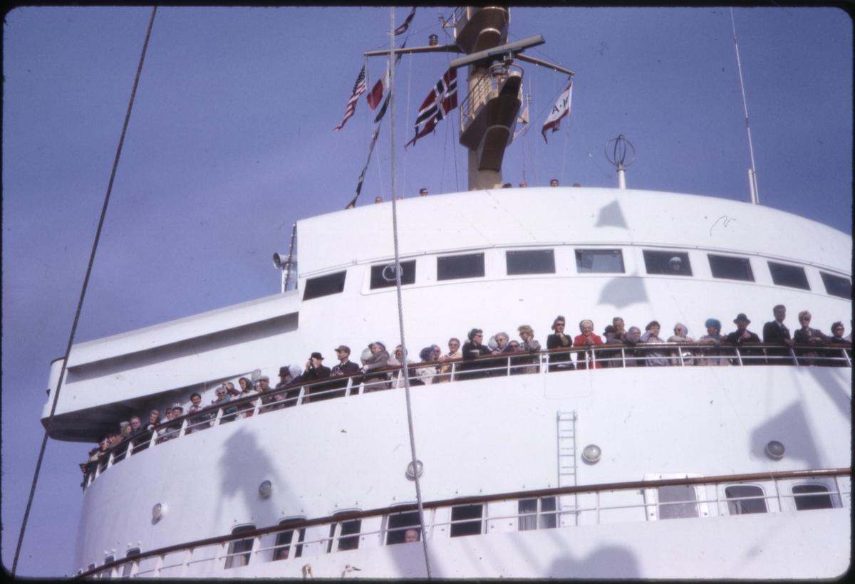 Mennesker langs rekkverk foran kommandobroen på på cruiseskipet 'M/S Sagafjord'. 'Sagafjord' Spring Cruise to Europe 1966.