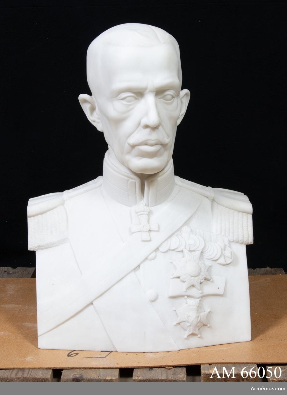 Grupp M I. Marmorbyst, utförd i Rom 1930 av A. Andersson, föreställande Gustav V.