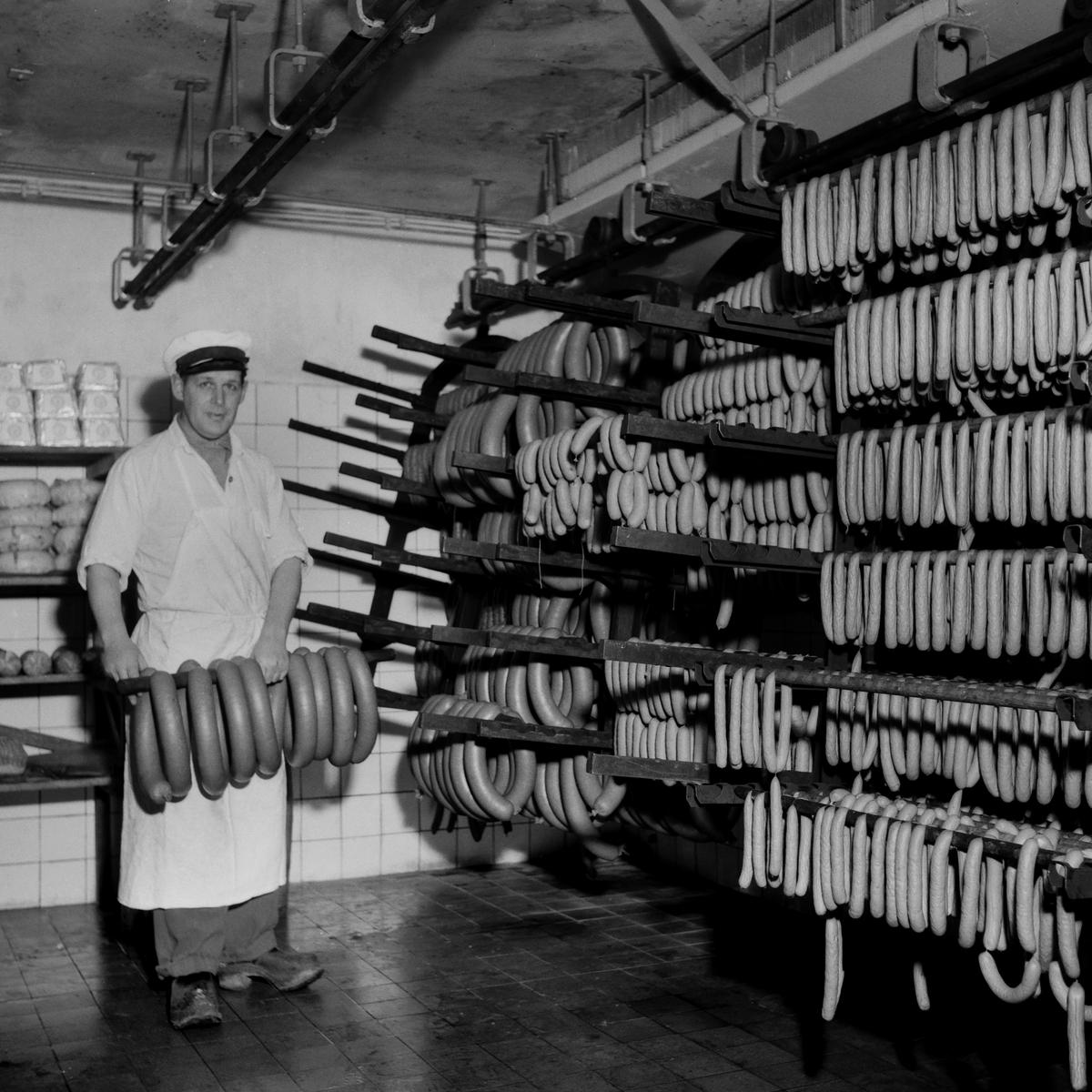 Reportage i tidningen Östgöten hos Ström & Ödell. Korvfabrik. Den 11/3 1953.   Korv. Fabrik. Tillverkning. Företag. Korvtillverkning. Reportage.