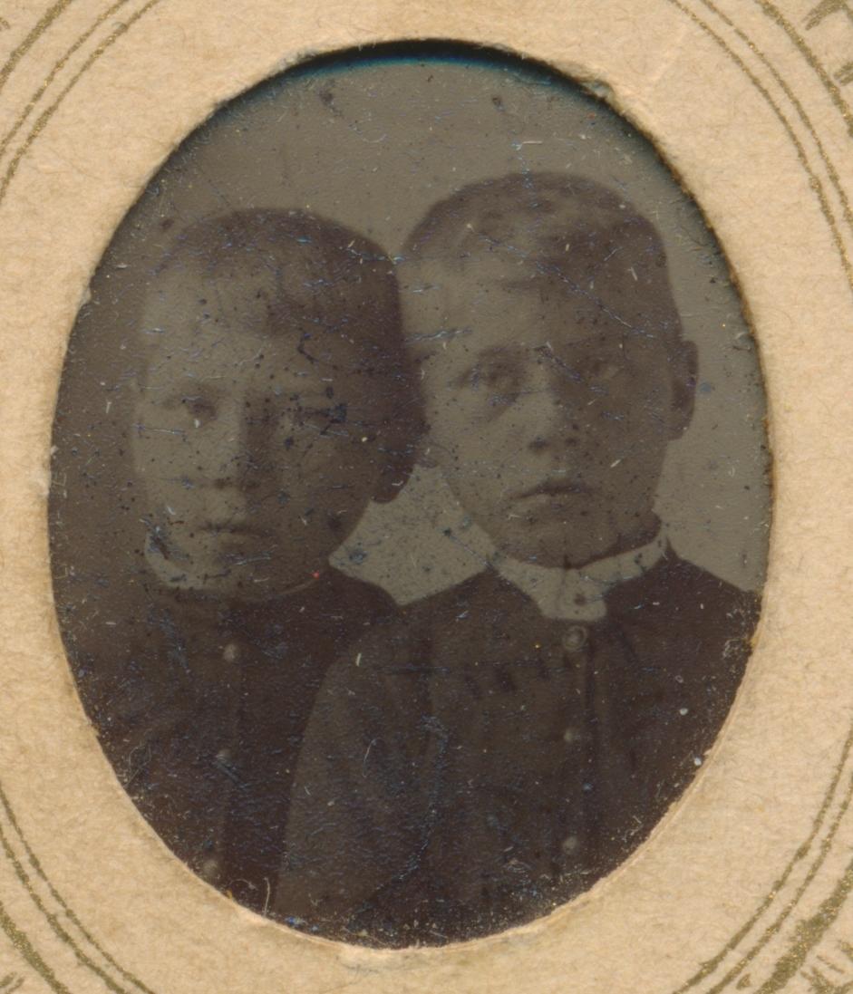 3 separate portrett av 4 små barn, ukjente