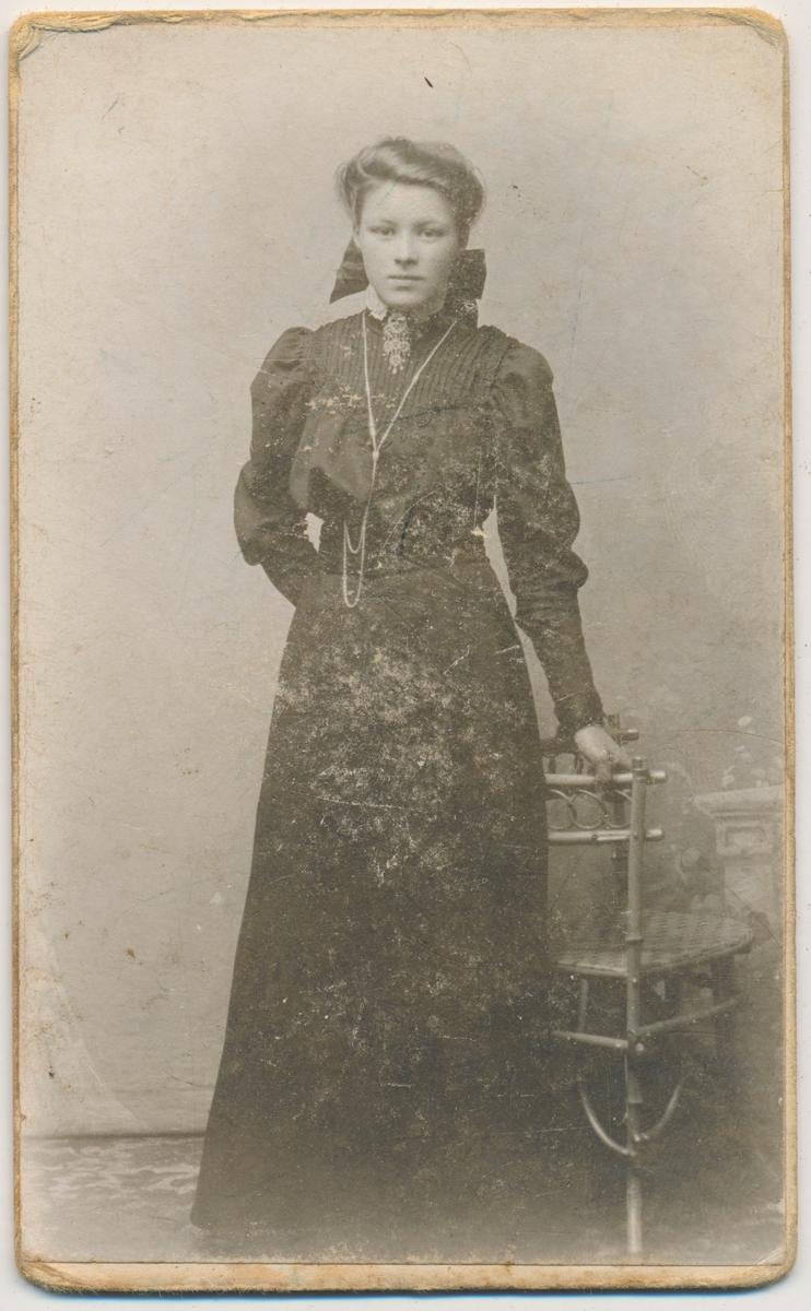 Ung kvinne helfigur, stående, ukjent