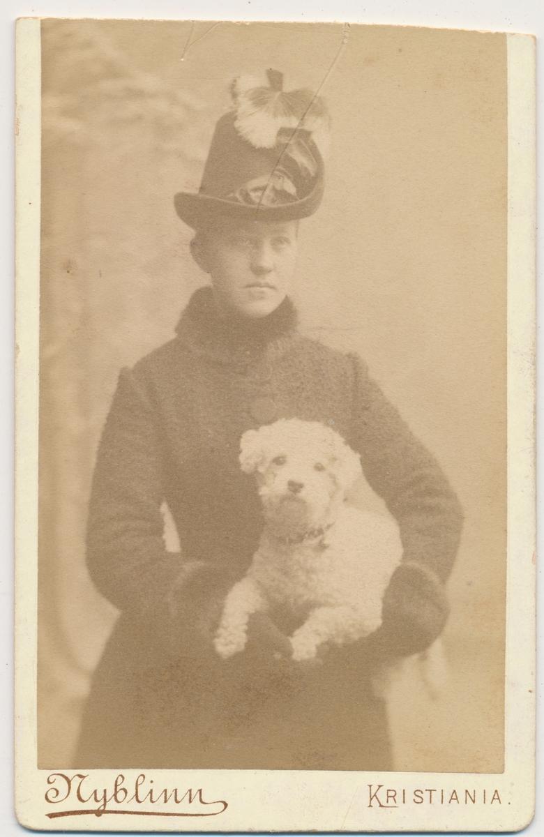 Ung kvinne med hund, halvfigur, ukjent.