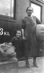 Svenskbybornas ankomst med tåg till Jönköpings station den 2