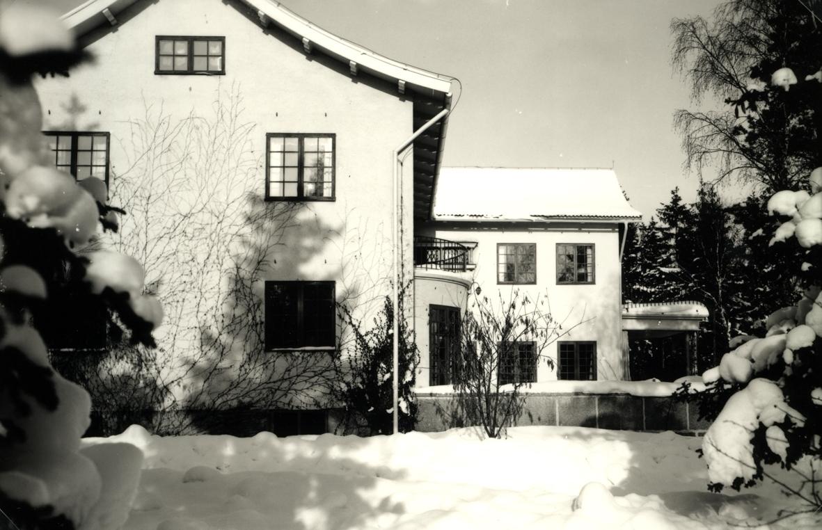 Bergavik, nuvarande kv. Havsörn. Kvarteret är uppkallat efter Sven Jeansson båt Havsörn och är i obestämd form. På platsen låg tidigare Sven Jeansson och hans fru Anna-Lisas villa som avbildas här. Villan är numera riven.