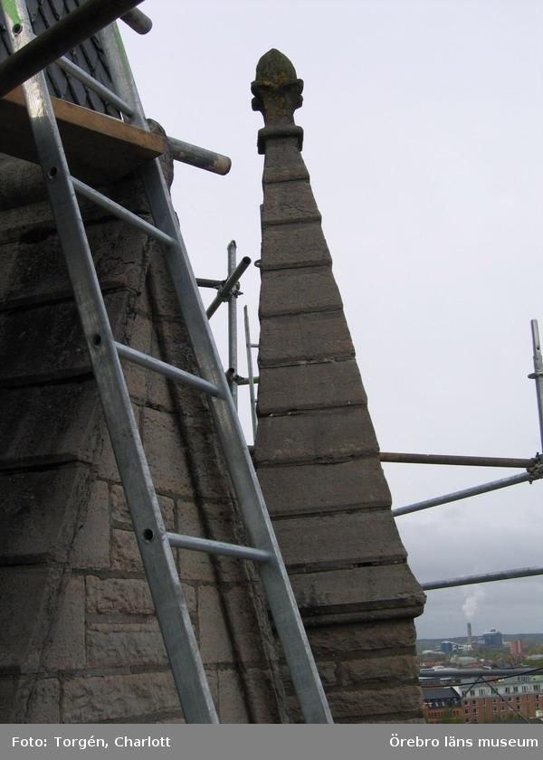 Renoveringsarbeten av tornfasader på Olaus Petri kyrka (Olaus Petri församling).Fial, östra tornet, före åtgärd.Dnr: 2008.230.065