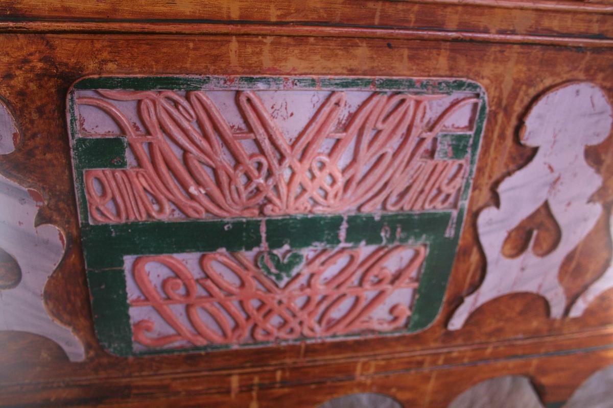 Henningsmo, seng med monogram