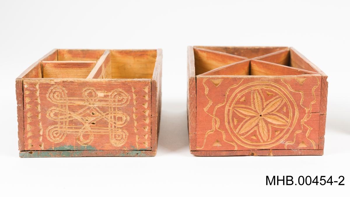 Geometriske motiver utskåret i tre: Sirkler med en 6-kronblad blomster/stjerner, parallelle rette linjer, linjer som danner et rektangel, eller bølgete linjer og konsentriske sirkler.