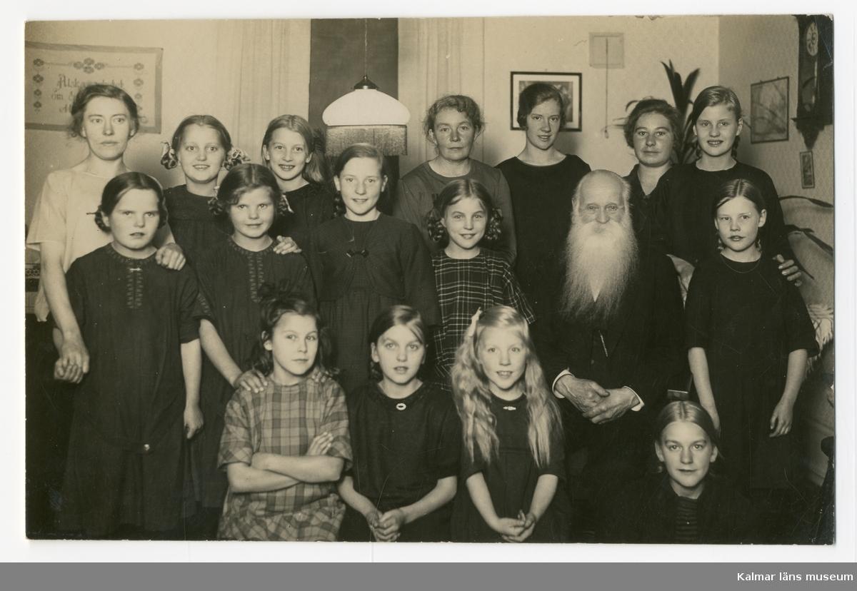 Anna Severina Petersson med flickor på barnhemmet i Kalmar.