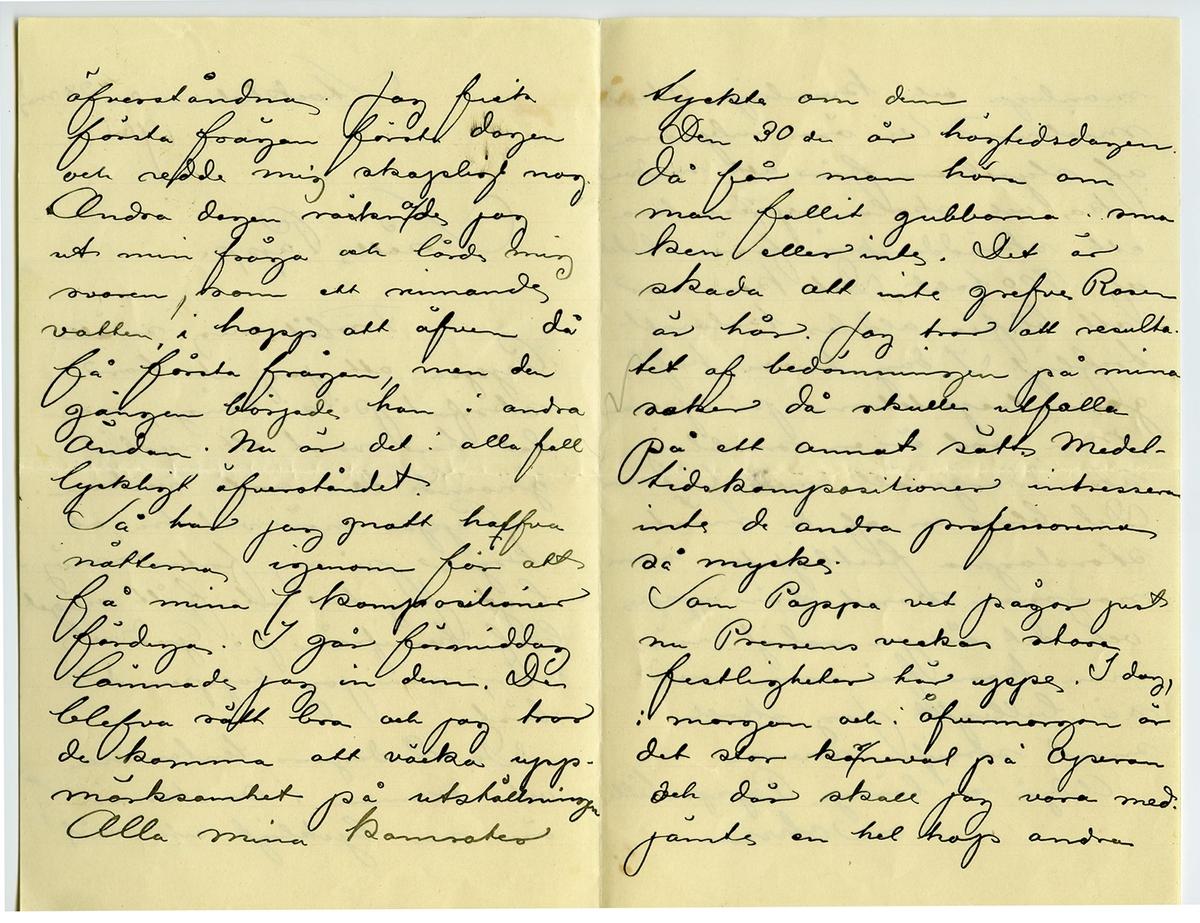 Brev 1901-05-28 från John Bauer till Joseph Bauer, bestående av fyra sidor skrivna på fram- och baksidan av två vikta pappersark. Huvudsaklig skrift handskriven med svart bläck. . BREVAVSKRIFT: . [Sida 1] Stockholm den 28 maj 1901 Snälle Pappa Förlåt mig snälle Pappa att jag inte har  skrifvit på så länge men det har varit ett rysligt gnoende den sista veckan. Pappa mår väl bra, och kryar på sig fortast möj- ligt. Jag har inte fått något bref hemifrån på Gud vet när, men jag hoppas det  bästa De 2 dagars tentamina och examen i Anatomin äro nu lyckligt och väl . [Sida 2] öfverståndna. Jag fick första frågan första dagen och redde mig skapligt nog Andra dagen [överstruket: c och inskrivet: a] räknade jag  ut min fråga och lärde mig svaren, som ett rinnande  vatten i hopp att äfven då få första frågan, men de  gången började han i andra ändan. Nu är det i alla fall  lyckligt öfverståndet. Så har jag gnott [överskrivet: f] halfva nätterna igenom för att få mina 7 kompositioner färdiga. I går förmiddag lämnade jag in dem. De blefvo rätt bra och jag tror de komma att väcka upp- märksamhet på utställningen Alla mina kamrater . [Sida 3] tyckte om dem Den 30 de är högtidsdagen. då får man höra om man fallit gubbarna i sma ken eller inte. Det är skada att inte grefve Rosen är här. Jag tror att resulta tet af bedömningen på mina saker då skulle utfalla på ett annat sätt. Medel tidskompositioner intressera inte de andra professorerna så mycke. Som Pappa vet pågar just nu Pressens veckas stora festligheter här uppe. I dag, i morgon och i övermorgon är det stor [inskrivet: r] karneval på Operan och där skall jag vara med. jämte en hel hop andra . [Sida 4] manliga och kvinliga Akade mielever. Vi äro inbjudna af styrelsen för att medver ka och skola [inskrivet: r] representera ett skräddarskrå från slutet  af 1700 talet. Det kommer att blifva aldeles kolosalt trefligt. I dag ha vi haft generalrepetetion på Operan Min rol är en snobbig skräddargesäll med fästmo Det blir en af de mäs