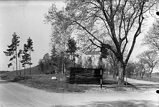 I förgrunden, upplagda snöskydd och sågspån, Ströbohög i Köping.