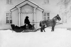 """Olaf Berntsen 1883-1960, venter på """"Sjølfolket"""" utenfor hove"""