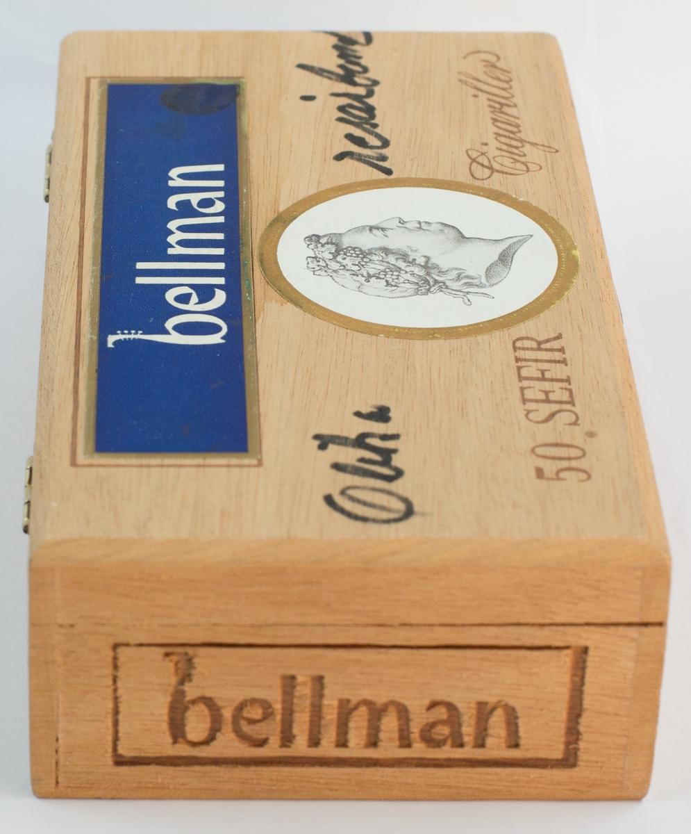 """Cigarrask som använts som förvaringslåda för biljettsamling. Asken är märkt """"Olika resårband"""" på ovansidan av locket."""