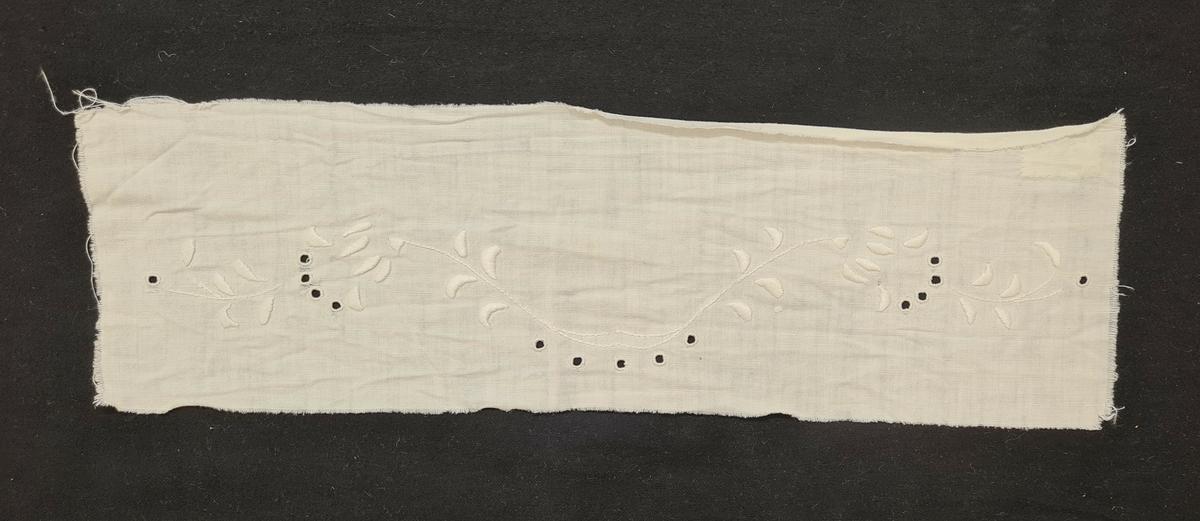 Lakansbroderi och monogram i engelskt broderi, hamburgersöm och plattsöm.  Broderierna har suttit på lakan, insamlade till Polen-hjälpen 1985 av pensionärsföreningen Lilla Paris i Vänersborg. Lakanen användes till att sy babylakan och kläder av.
