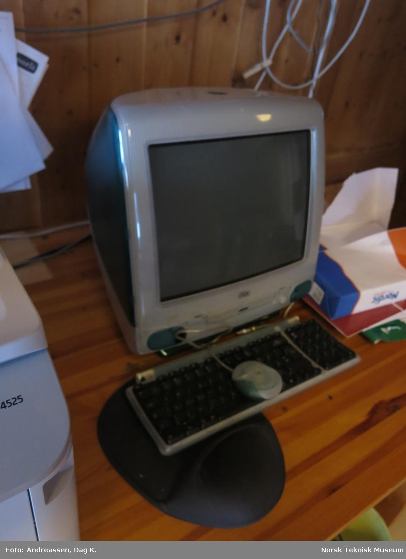 Grå / grønn / halvtransperent kabinett med integrert datamaskin og 15-tommers CRT-skjerm