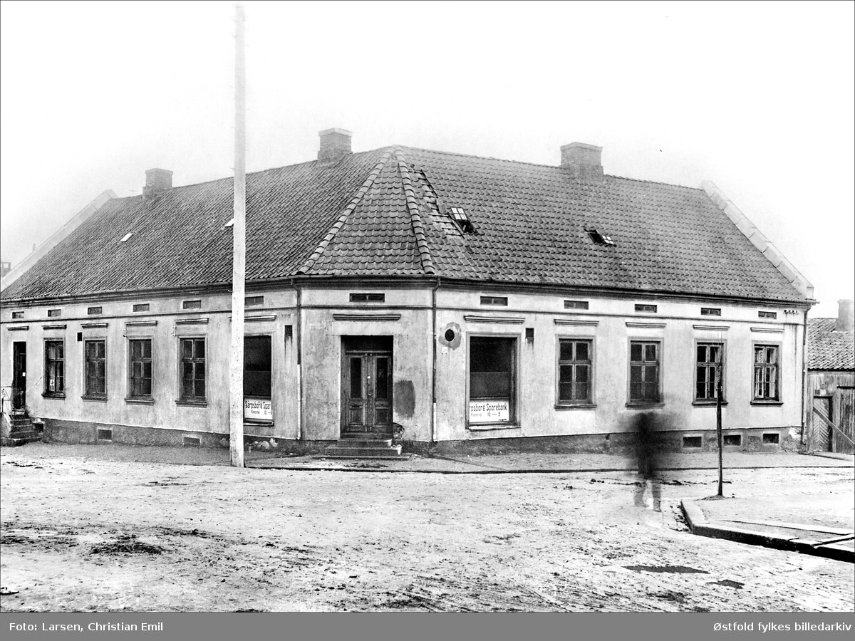 Sarpsborg Sparebank i Olav Haraldssonsgate i krysset ved Glengsgata, Sarpsborg ca. 1900. Kontortid 10-2.