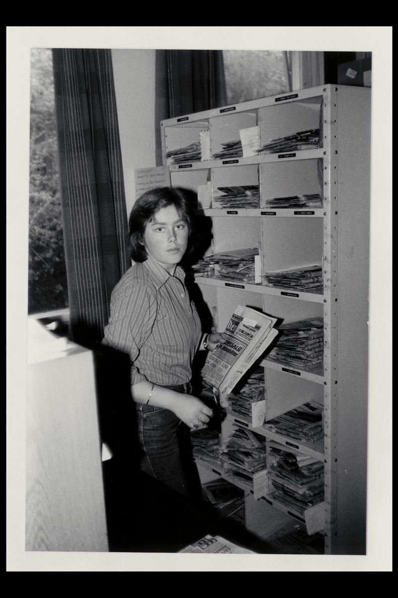 interiør, postkontor, budavdeling, 3770 Kragerø, sortering, kvinne